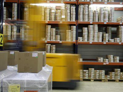Pavimenti in resina per industria e logistica, con segnaletica orizzontale per movimentazione merci