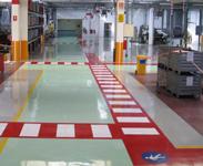Pavimenti in resina per l'industria e la logistica con segnaletica per movimentazione carichi e passaggio pedoni