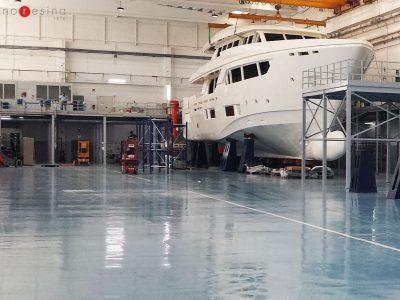 Pavimento industriale in resina per i cantieri navali delle industrie Ferretti Group