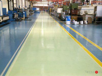 Pavimento in resina industriale con segnaletica orizzontale a pavimento per l'azienda Caterpillar